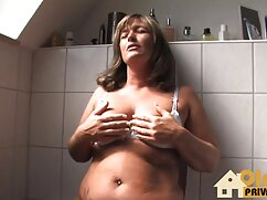 Chica rusa en medias negras experimenta los cincuentonas peludas follando placeres anales