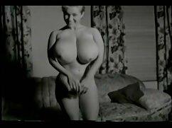 Mujer en medias maduras velludas follando espera una corrida de su amante al final del coito caliente