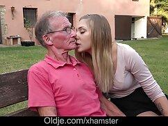 Dos chicas calientes le dan al mujeres mayores peludas follando chico una felicidad inolvidable