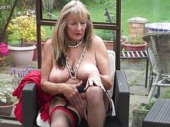 Chica linda chupa de rodillas la gran señoras peludas follando polla de un chico ruso