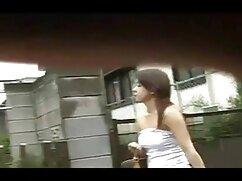 Una joven rubia se entregó videos x de maduras peludas a un chico excitado delante de un amigo